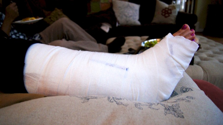 Emergency Medical Care How To Splint A Fracture Of The Lower Leg
